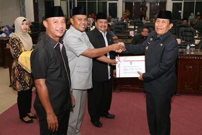 Ketua DPRD Rohul Kelmi Amri didampingi pimpinan DPRD, serahkan berkas ke Bupati Sukiman, setelah merekomendasikan Laporan Keterangan Pertanggungjawaban (LKPj) Bupati Rohul tahun anggaran 2018 sekaligus setujui 2 Ranperda yang sebelumnya telah dibahas masing-masing Pansus.