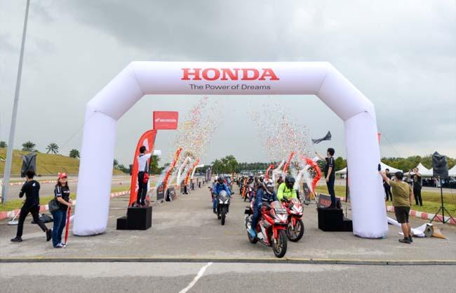 Rombongan Honda Asian Journey (HAJ) memulai petualangan selama 3 hari dengan menempuh 582 km melintasi Malaysia. Gelaran tahun ini diikuti oleh 40 bikers negara lain dari Vietnam, Thailand, Malaysia, India dan Filipina.