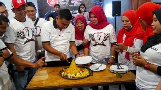 Ketua WCC Chapter Riau terpilih, Romi Kurniawan potong tumpeng hari jadi ke-2 WCC Riau.