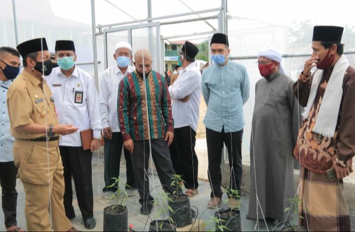 Pjs Bupati Rohul Masrul Kasmy, saat hadiri dan resmikan peresmian green house agrowisata organik ponpes Daarul Qur