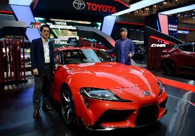 Direktur Marketing PT Toyota-Astra Motor (TAM) Anton Jimmi Suwandy (kanan) dan Kazunori Minamide (kiri) saat memperkenalkan Toyota GR Supra, di booth Toyota pada Gaikindo Indonesia International Auto Show (GIIAS) 2019 di ICE BSD City, Tangerang, Banten, Selasa (23/7).