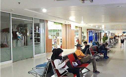Suasana di ruang tunggu lantai dasar Bandara SSK II Pekanbaru, Jumat (7/6/2019) sepi.
