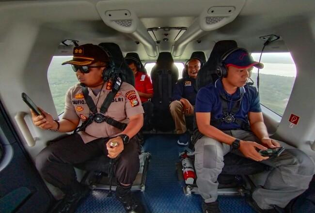Kapolres Kepulauan Meranti, AKBP Taufiq Lukman Nurhidayat SIK MH laksanakan patroli lewat udara perdana, menggunakan helikopter PK-RHG milik PT. RAPP Rabu (19/2/2020).