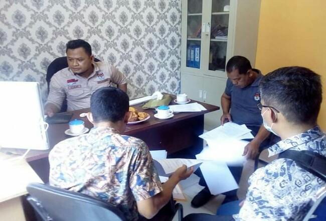 Komisioner KPU Bidang Parmas dan SDM, Hanafi SSos saat menjelaskan kepada tim sukses Bacalon terkaitpersyaratan pencalonan Pilbup Kepulauan Meranti 2020.