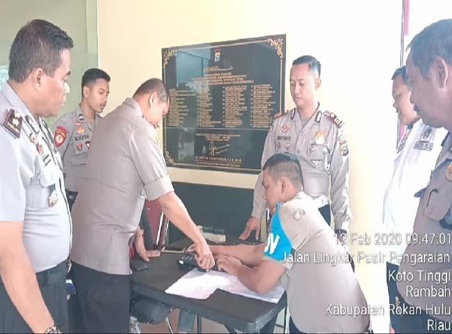 Wakapolres Rohul Kompol Willy Kratamanah,bersama Kabag Ops Kompol A.Cholik Husin, saat lakukan absensi sistem digital di Mapolres Rohul.