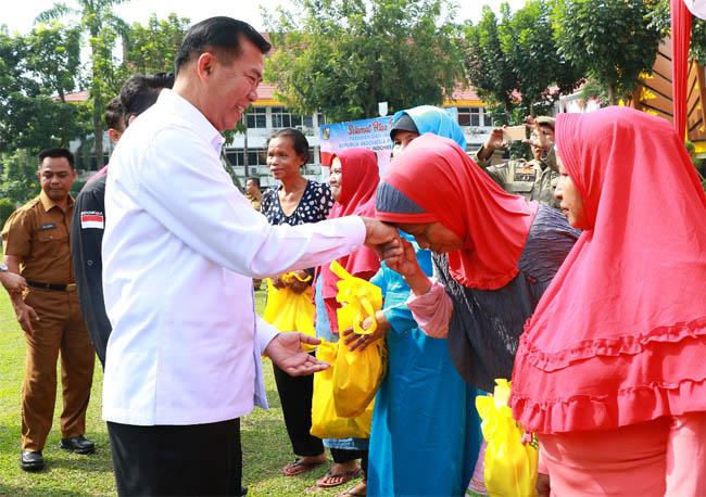 Walikota Pekanbaru Dr Firdaus MT serahkan bantuan di Halaman Mal Pelayanan Publik (MPP).