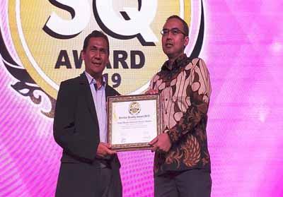 Manager Technical Service Division AHM Herry Chairy Thian (kanan) menerima penghargaan Service Quality (SQ) Award 2019 untuk kategori roda dua yang langsung diserahkan oleh Managing Editor Majalah Marketing Anang Ghozali (kiri) pada ajang Service Quality (SQ) Award 2019 di Hotel Mulia Senayan, Jakarta, Selasa (9/7).