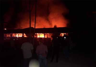 Tampak 4 unit Kantin SMAN 1 Rengat terbakar, Minggu (29/7/2019) malam.