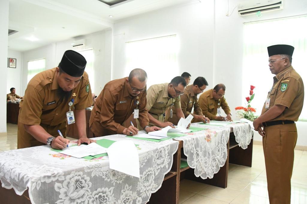 Kepala DLH Bengkalis H Arman AA menyaksikan para pejabat DLH menandatangani Pakta Integritas.