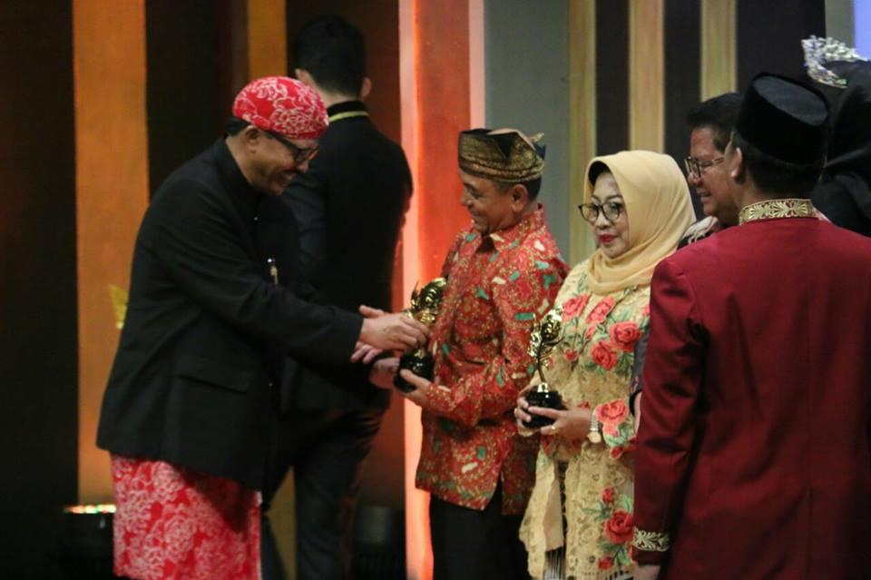 Bupati Pelalawan, HM Harris menerima penghargaan