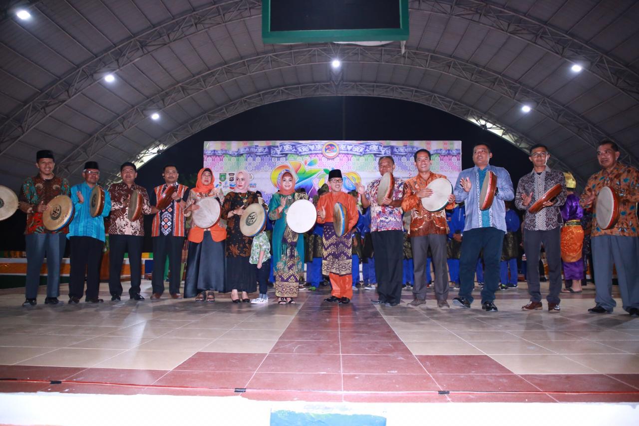 Walikota Dumai Drs H Zulkifli AS MSi bersama undangan yang hadir memukul kompang sebagai tanda dibukanya Dumai Expo 2019.