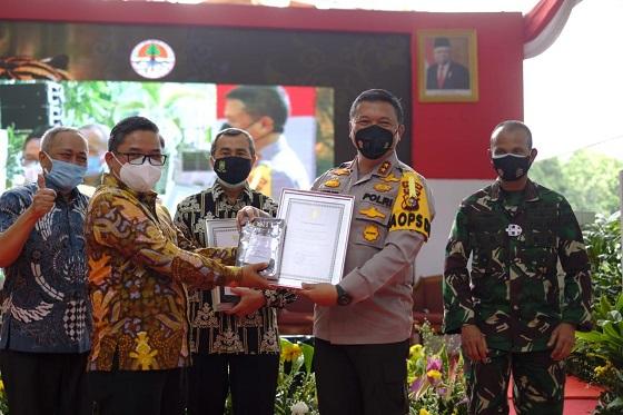Penyerahan penghargaan kepada Kapolda Riau.