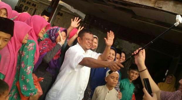 Jufri Zubir saat bersama sejumlah anak yatim sebuah pesantren di Kota Pekanbaru