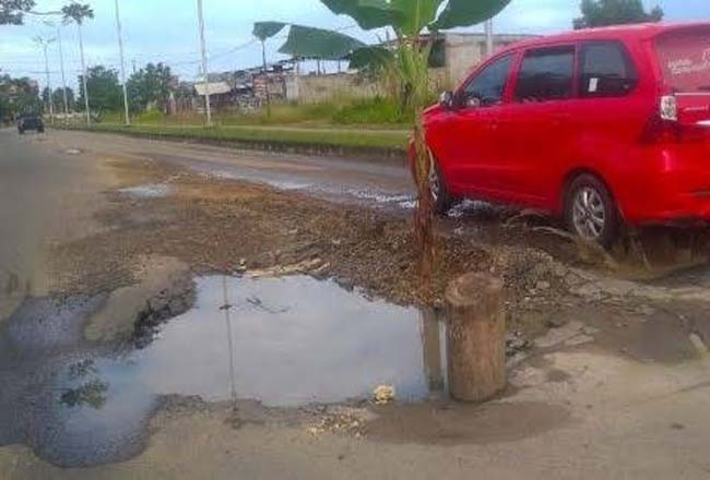 Kondisi jalan rusah di Kampar Kiri.