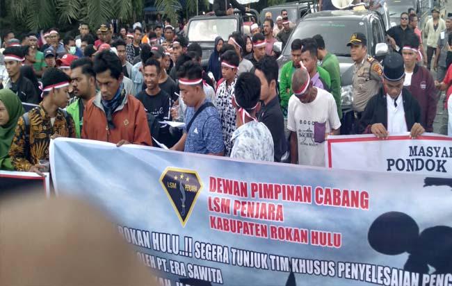 Ratusan massa tergabung KOJOM Rohul, aksi damai di depan gerbang masuk ke PKS PT Era Sawita di Kepenuhan, yang menuntut proses hukum pasca pencemaran lingkungan dilakukan perusahaan.