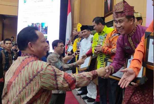 Sekretaris Daerah Kota Pekanbaru, Drs. H. M. Noer MBS, SH, M.Si, MH menerima Penghargaan Swasti Saba yang diserahkan Mendagri Tito Karnavian di Jakarta.