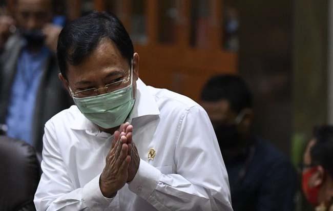 Menteri Kesehatan Terawan Agus Putranto memberikan salam saat akan mengikuti rapat kerja bersama Komisi IX DPR di Kompleks Parlemen Senayan, Jakarta, Selasa (23/6/2020) lalu. FOTO: Antara