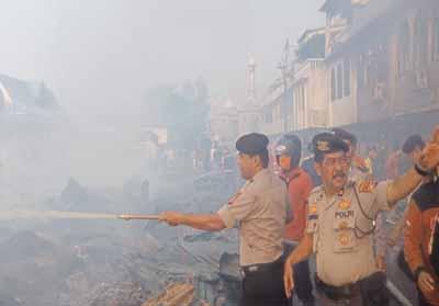 Tampak personel Polres Inhil memadamkan api.