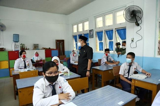 Gubri Syamsuar saat meninjau PTM Terbatas di Pekanbaru Riau