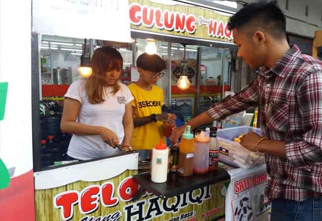Telur Gulung Nhaomy ramai pembeli.