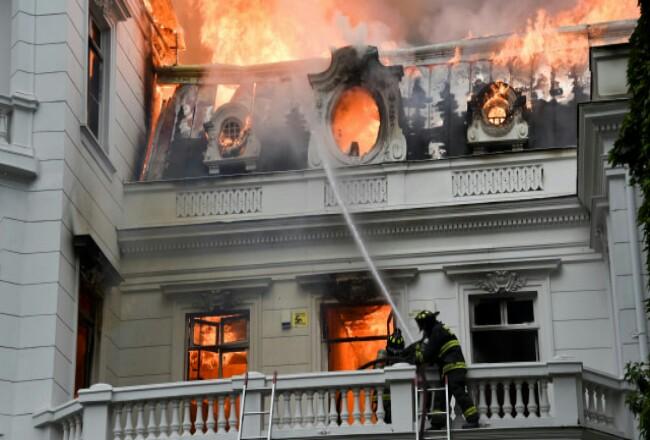 Universitas dibakar dalam kerusuhan demo di Chile.