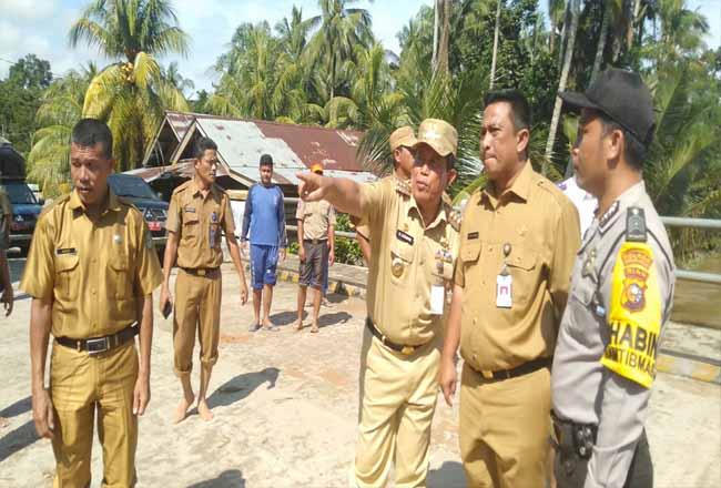 Bupati Rohuo H.Sukiman, salurkan berbagai bantuan ke warga korban banjir Pawan Desa Rambah Tengah Hulu Kecamatan Rambah. Bupati juga menyempatkan memantau kawasan sungai yang abrasi akibat dikikis banjir yang melanda kemarin dan merendam 200 lebih rumah warga.