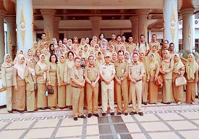 Bupati Sukiman, foto bersama 30 PNS yang terima SK memasuki masa prnsiun, dan penyerahan SK Kenakan pangkat 450 PNS di lingkungan Pemkab Rohul.