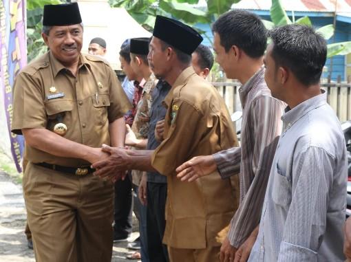 Bupati Siak Alfedri disambut di Kampung KB Kampung Sengkemang, Kecamatan Koto Gasib, Senin (4/11/2019).