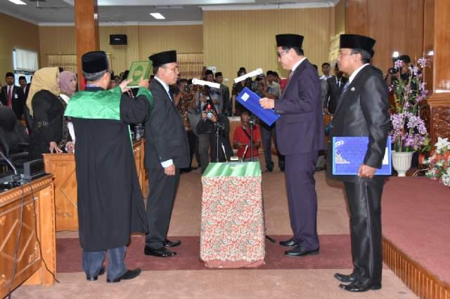 Ketua DPRD Bengkalis Abdul Kadir melantik Syaukani sebagai anggota DPRD Bengkalis