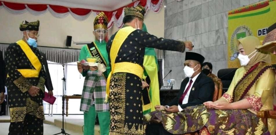 Tepuk tepung tawar oleh Ketua LAMR Inhu kepada Ketua DPRD Inhu yang baru dilantik.