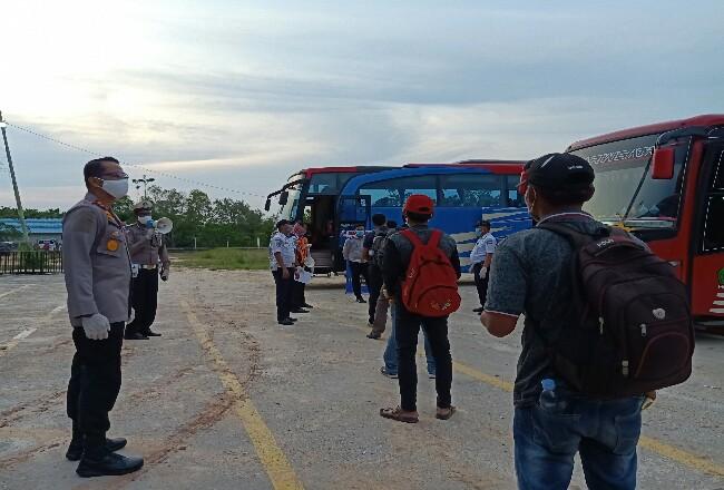 Kapolres Dumai AKBP Andri Ananta Yudistira mensosialisasikan bahaya COVID-19 dan mengintruksikan kepada WNI asal Malaysia untuk melakukan isolasi mandiri.