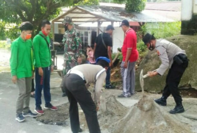 Goro Camat Rambah, Kapolsek dan TNI serta mahasiswa di jalan berlubang.