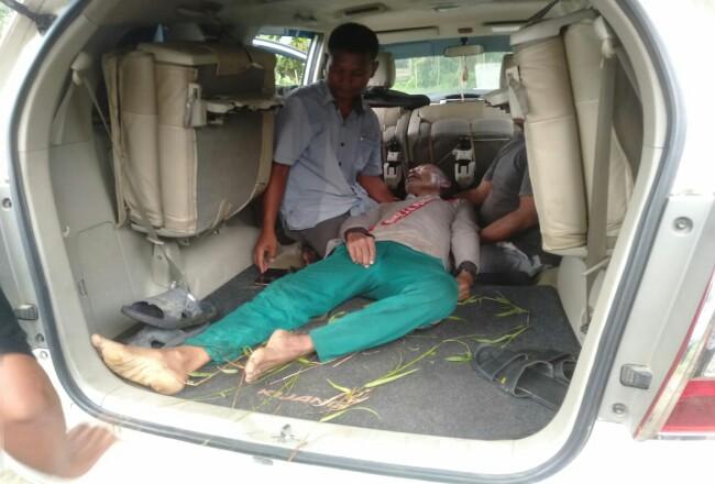 Jenazah almarhum kakek Asrul Nst (68) warga Janji Raja, Bangun Purba, dievakuasi setelah ditemukan meninggal dunia mendadak saat mencari rumput di Desa Babsusalam.