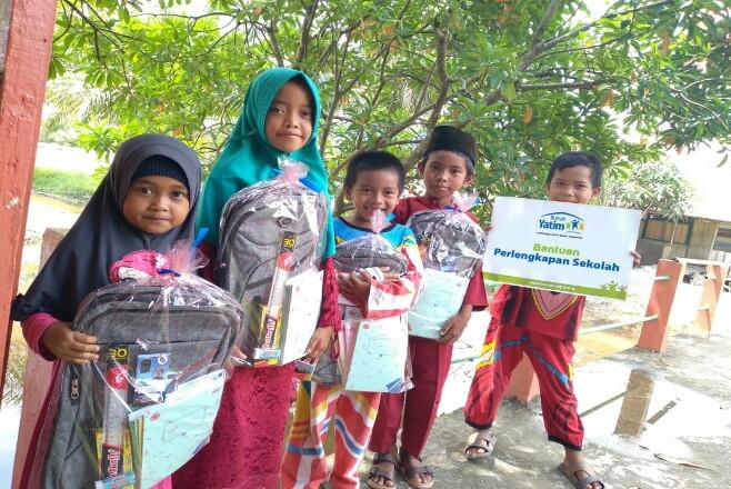 Murid SDN 011 Sering Barat menerima bantuan pendidikan dari Rumah Yatim.