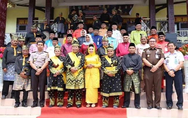 Suasana penabalkan Bupati Rohul H Sukiman dengan gelar Datuk Setia Amanah Panglimo Pukaso,  oleh Ketua Dewan Pimpinan Harian (DPH) LAMR Rohul H Zulyadaini gelar Datuk Saudagar Rajo, didampingi oleh Ketua Umum MKA LAMR Rohul H Tengku Rafli Armien S.Sos gelar Tongku Majo Lelo, di gedung LAMR Rohul.