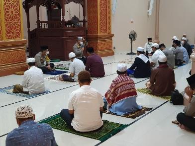 Kapolres Rohul AKBP Taufiq Lukman Nurhidayat saat Safari Subuh Keliling di Masjid Jamiatul Mukarromah, Desa Suka Maju, Kecamatan Rambah.