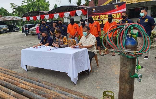 Kapolres Bengkalis, AKBP Hendra Gunawan saat menggelar press rilis di Mapolsek Mandau, Polres Bengkalis, Senin (10/8/2020). FOTO: Riaupos.