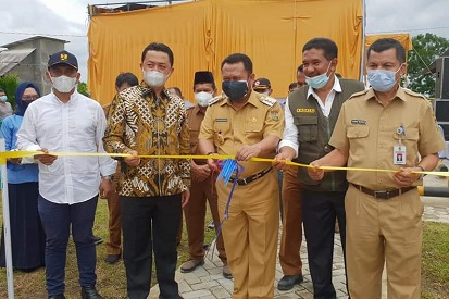 Bupati Kampar menggunting pita sebagai tnda peresmian pembangunan infrastuktur melalui BPPW Riau