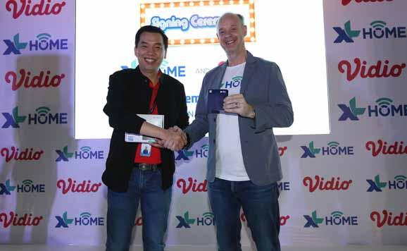 Group Head Home Business XL Axiata, Robert Edward Langton (kiri) bersama dengan Deputy CEO Vidio, Hermawan Sutanto (kanan) dalam acara kerjasama antara XL Axiata melalui XL Home dengan PT Vidio Dot Com ( Vidio ) di Jakarta.