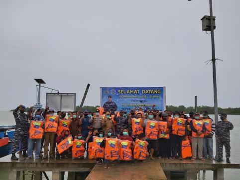 Danlanal Dumai, Kolonel Laut (P) Himawan, MMSMC foto bersama dengan para Nelayan di Desa Tanjung Medang Rupat Utara Kabupaten Bengkalis usai menyerahkan bantuan life jacket.