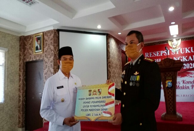 Walikota Pekanbaru Firdaus menyerahkan hibah tanah untuk pembangunan Polsek Marpoyan Damai kepada Kapolresta Pekanbaru.