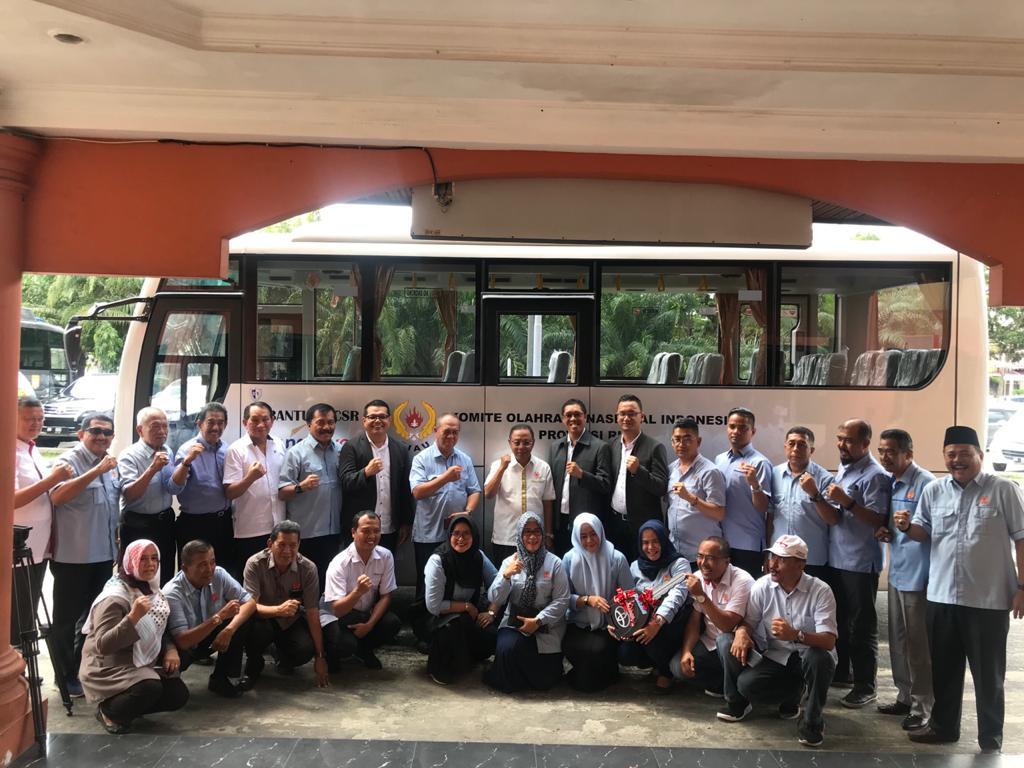Foto bersama usai penyerahan 1 unit bus atlet untuk KONI Riau