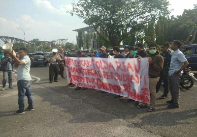 Massa APM Kliber mendatangi Mapolda Riau.