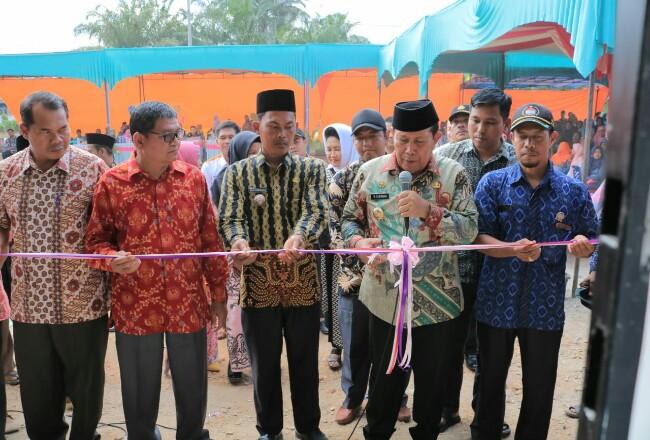 Bupati Sukiman didampingi Camat Kunto Darussalam dan Kades Pasir Indah, meresmikan kantor Bhabinkamtibmas saat kunker dan peresmianBUMDesa Mart Mitra Mandiri.