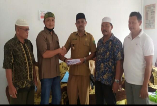 CDO Ilka Iskandar mewakili Management PT SAI Sumarno, menyerahkan bantuan CSR PT SAI ke Kades Sukamaju Kecamatan Ujung Batu Selamet.