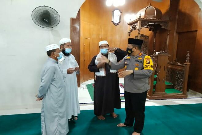 Giat Suling Kapolres Rohul dan perwira menengah lainnya, saat kegiatan suling di Masjid Al - Ikhlas Lubuk Bandung, Desa Koto Tinggi Kecamatan Rambah.