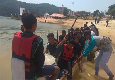 Sejumlah Pedayung Pekanbaru, yang akan turun di nomor dragon boat mix 1000 meter mendengar arahan pelatih sebelum bertanding.