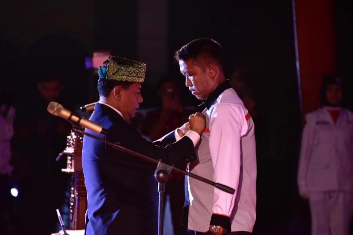 Ketua KONI Riau Emizal Pakis menyematkan pin kepada ketua KONI Bengkalis Darma Firdaus S saat acara pelantikan pengurus KONI Bengkalis periode 2018-2020.