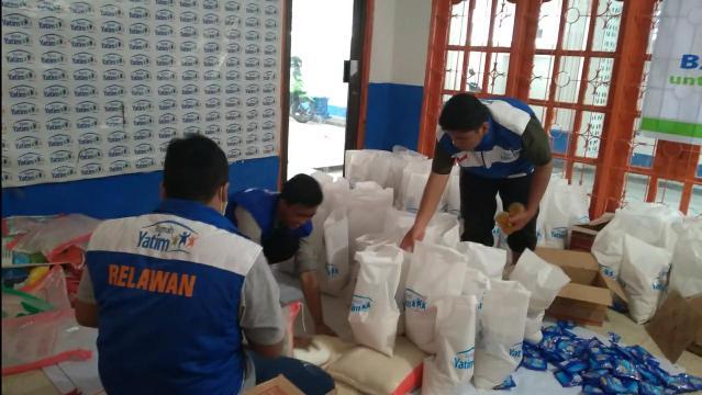 Relawan Rumah Yatim cabang Riau bersiap sebelum mendistribusikan bantuan paket sembako kepada ratusan keluarga duafa.