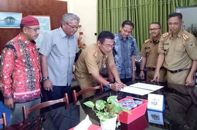 Pemerintah Kabupaten Inhil diwakili Asisten Pemerintahan Sekretariat Daerah Kabupaten Inhil, Darussalam secara simbolis menyerahkan bantuan kepada Pemerintah Provinsi Sulawesi Tengah